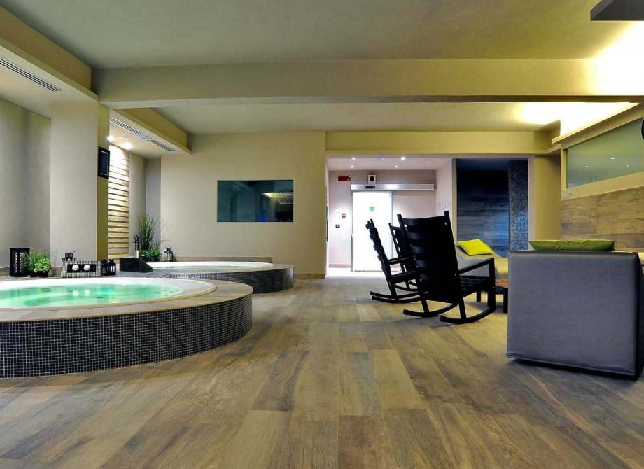 En uteservering runt en pool på ett hotell Cesena med Pronto Klinkerdäck®