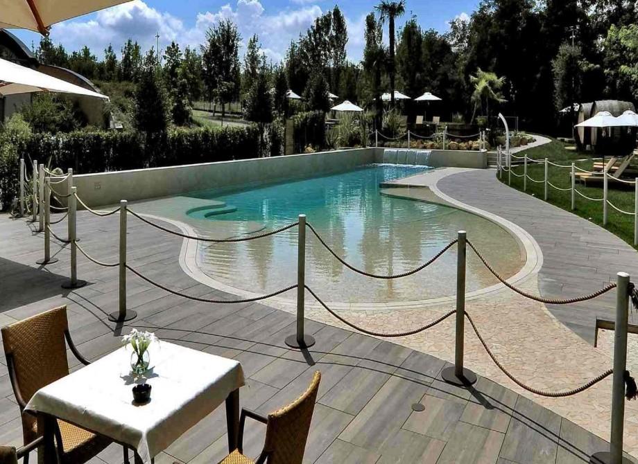En uteservering runt en pool på ett hotell med Pronto Klinkerdäck®
