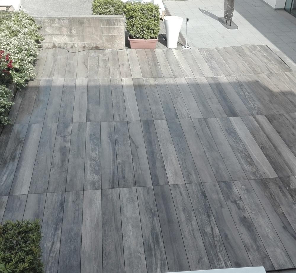 Färdig terrass med 240cm långa klinker i 18mm tjocklek.