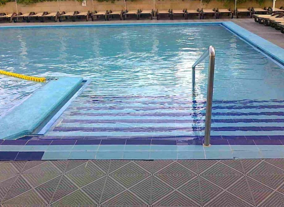 Poolområde vid en pool i Israel före renovering med Pronto Klinkerdäck® Bild2