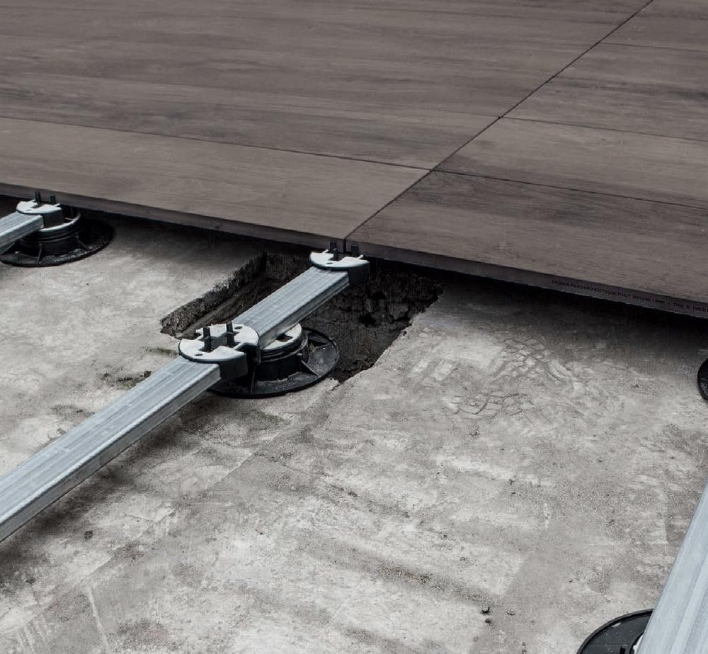 Enkel läggning med systemet med aluprofil och upphöjda justerbara fötter